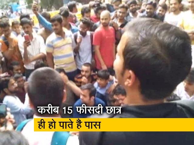 Videos : रवीश कुमार का प्राइम टाइम : कॉपी सही से चेक कराने की मांग पर ICAI के छात्रों का प्रदर्शन