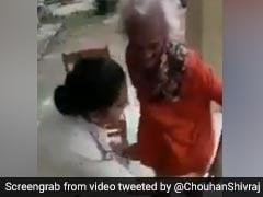 महिला पुलिसकर्मी ने पहनाए नए कपड़े तो बुजुर्ग महिला के निकले आंसू, बोलीं- 'मेरी बेटी तू...' देखें VIDEO