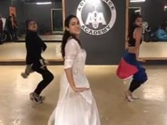 Sara Ali Khan Is A <i>Sweetheart</i> In BTS Video Of Her '<I>Pehla Gaana</I>' Ever