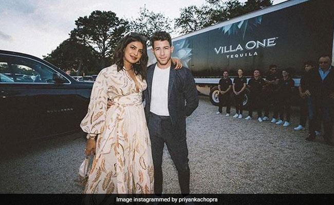 प्रियंका चोपड़ा ने निक जोनास के साथ बॉन्फायर का लिया मजा, फोटो हुईं वायरल