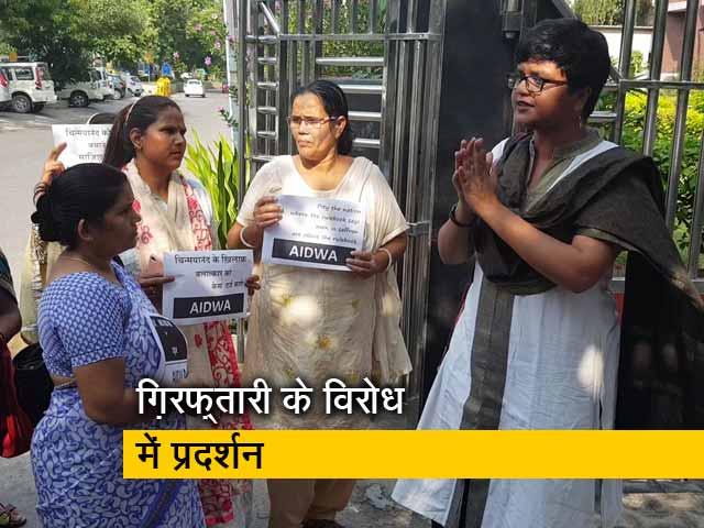 Videos : चिन्मयानंद रेप केस : लॉ छात्रा की ग़िरफ़्तारी के विरोध में दिल्ली में प्रदर्शन