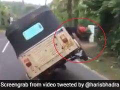 शख्स ने चलती गाड़ी में बदला टायर, लोग बोले- 'हम Chandrayaan 2 का लैंडर भी ठीक कर लेंगे...' देखें मजेदार VIDEO