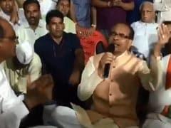 ...जब धरने पर बैठे पूर्व CM शिवराज सिंह रात में करने लगे भजन-कीर्तन, सांसद ने बजाई डफली, देखें VIDEO
