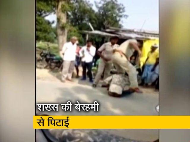 Videos : मामूली बहस में 2 पुलिसकर्मियों ने की शख्स की पिटाई, हुए सस्पेंड