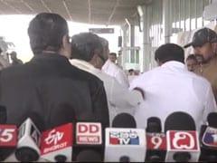 விமான நிலையத்தில் உதவியாளரின் கன்னத்தில் அறை விட்ட முன்னாள் முதல்வர்! #Video