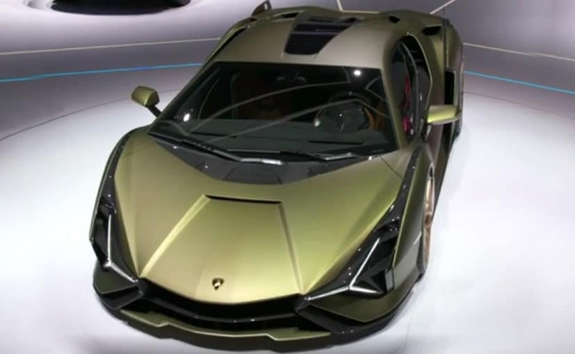 The face of the Lamborghini Sian looks a bit familiar to the Veneno.
