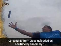 झूला झूल रहा था कपल, अचानक हवा में उड़ता दिखा iPhone, शख्स ने किया ऐसा, देखें VIDEO