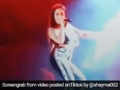 Neha Kakkar ने डांस और सॉन्ग से स्टेज पर मचाया तहलका, धांसू Video वायरल