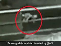 चलती कार से गिर गई 1 साल की बच्ची, फिर हुआ कुछ ऐसा... CCTV में कैद हुआ हादसा