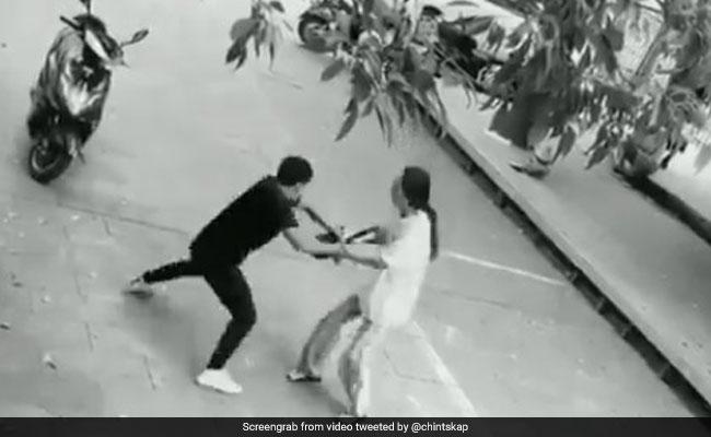 Viral Video: छीनने आया था महिला का बैग, लुटवा बैठा अपनी स्कूटी, ऋषि कपूर ने शेयर किया वीडियो