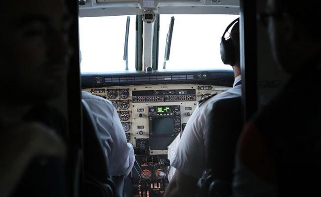पायलट ने चलती फ्लाइट के कॉकपिट पर गिरा दी गरम कॉफी, फिर हुआ कुछ ऐसा...