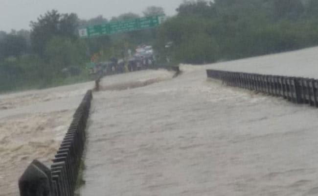 पश्चिमी मध्यप्रदेश में बाढ़ से हालात बदतर, हजारों लोगों को बचाया गया