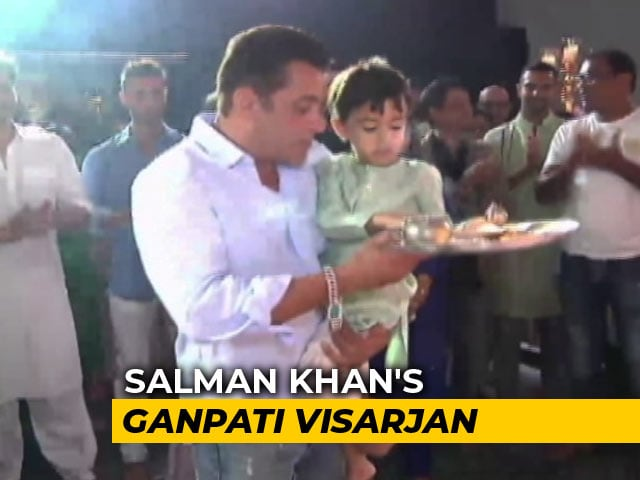 Salman Khan Bids Adieu To Ganpati With Blockbuster Visarjan