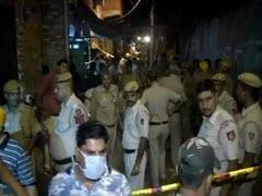 दिल्ली: सीलमपुर इमारत हादसे में 2 की मौत, कुछ और लोगों के फंसे होने की आशंका