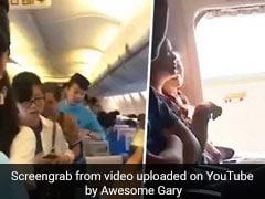 प्लेन में बैठी थी महिला, हुई घबराहट तो 'ताजी हवा' खाने के लिए खोल दिया आपातकालीन द्वार, वायरल हुआ VIDEO