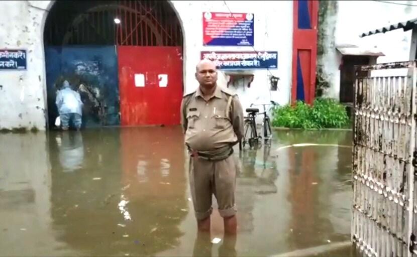 उत्तर प्रदेश में भारी बारिश की वजह से जेल में भी भरा पानी, दूसरे जेल में शिफ्ट किए जाएंगे 500 कैदी