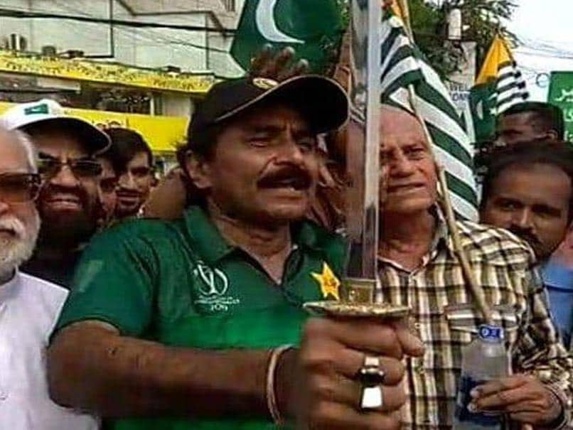 Javed Miandad babbles on Kashmir by showing sword, VIDEO