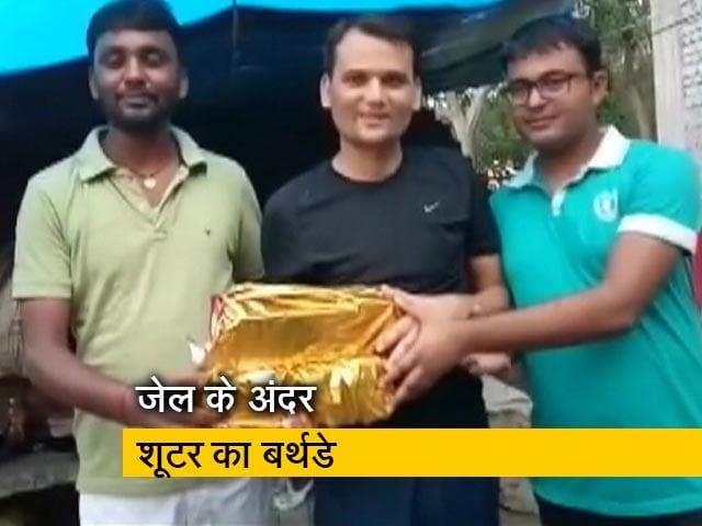 Videos : बिहार में जेल के भीतर मना क्रिमिनल पिंटू का बर्थडे, साथी कैदियों को दी चिकन-मटन की दावत