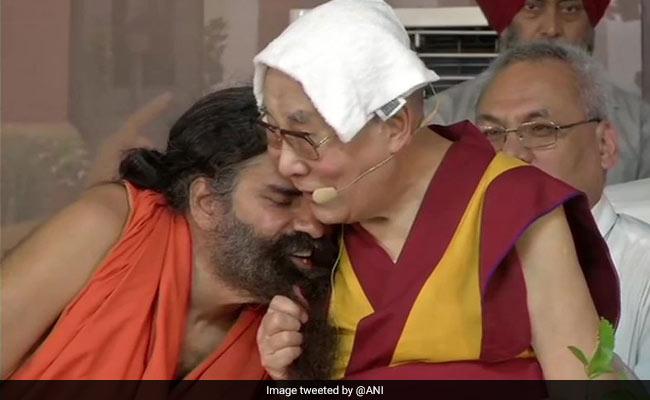 जब दलाई लामा ने खींची बाबा रामदेव की दाढ़ी, सोशल मीडिया पर वायरल हुआ VIDEO