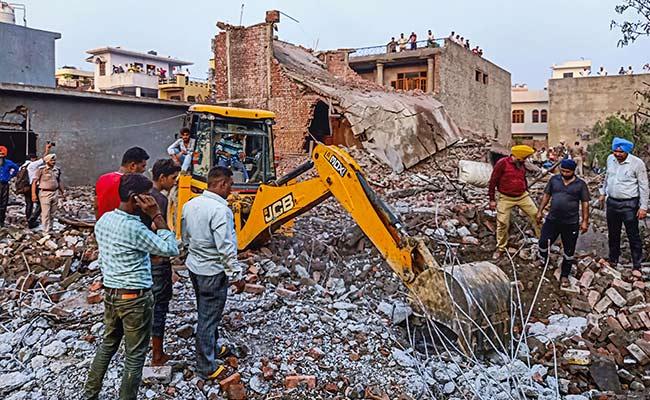 पंजाब के बटाला में पटाखा फैक्ट्री में धमाके के बाद लगी आग, 23 लोगों की मौत- घटना की होगी मजिस्ट्रियल जांच