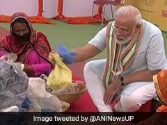 कचरा बीनने वाली महिलाओं के साथ बैठकर PM मोदी ने कचरे से निकाली प्लास्टिक