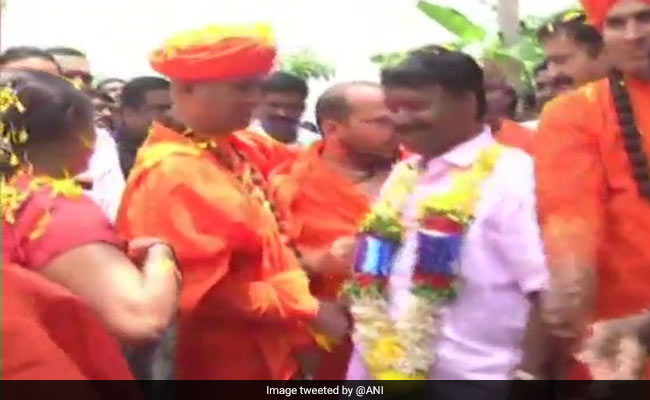 Karnataka BJP MP Stopped By Villagers Over Caste Welcomed With Garlands