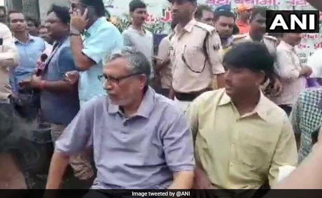 Bihar, UP Rain News Updates :बाढ़ में फंसे लोगों को सुरक्षित जगह पर पहुंचाया जा रहा है
