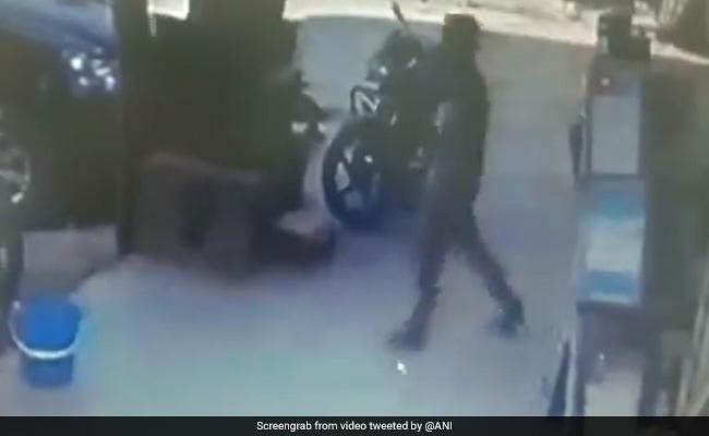 राजस्थान : बस एक कदम और जमीन में समा गया यह शख्स, देखें Video