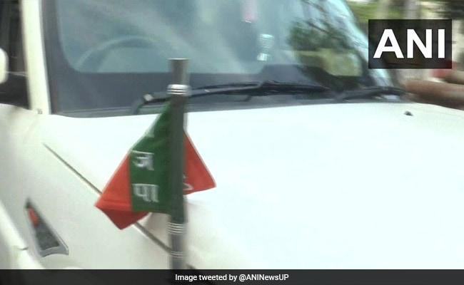 AMU प्रशासन ने कार के आगे लगे BJP के झंडे को हटवाया तो भड़के MLA, कहा - ऐसे स्टॉफ को तो...