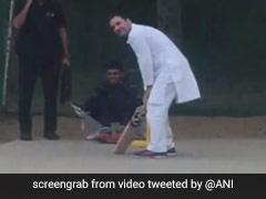 हेलीकॉप्टर की आपात लैंडिंग के बाद क्रिकेट मैदान में बल्लेबाज बन गए राहुल गांधी, देखें-VIDEO