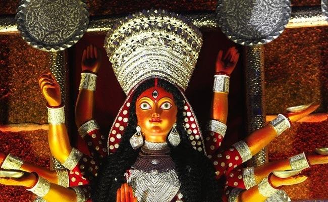 Durga Puja 2019: মাটির দুনিয়ায় রুপোর 'প্রতিমা', কামারডাঙায় অপরূপা বাংলা মা