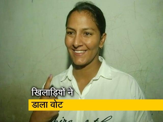 Videos : Haryana Election 2019: फोगाट बहनों, संदीप सिंह और योगेश्वर दत्त ने डाला वोट