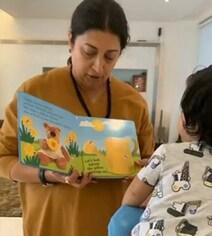 एकता कपूर के बेटे के लिए स्मृति ईरानी लाईं किताबें, पढ़ाने लगीं तो बोलीं- 'मासी जी आप...' देखें VIDEO