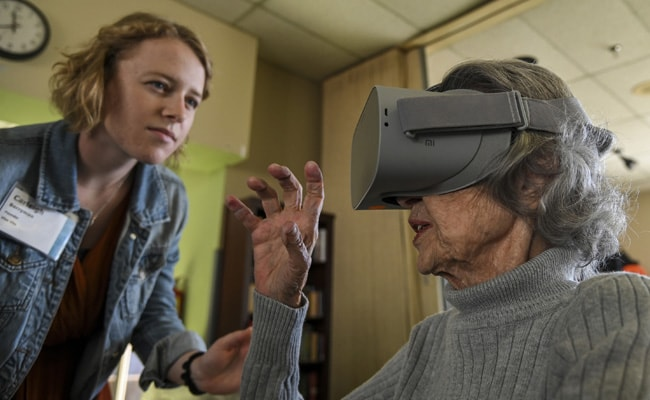 """Woman Helps Old Age Residents """"Explore"""" World With Goggle Headsets"""