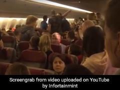 शराब पीकर फ्लाइट में शख्स ने खोलना चाहा दरवाजा तो यात्रियों ने किया ऐसा... देखें Video