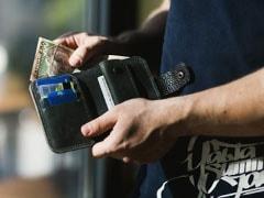 शख्स ने सड़क पर खोया अपना पर्स, फिर बैंक अकाउंट में आने लगे पैसे