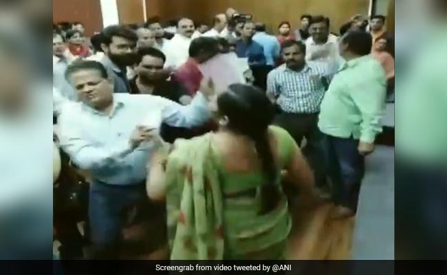 मकान आवंटन के कार्यक्रम में गड़बड़ी देख महिला ने खोया आपा, अधिकारी और नेता की चप्पल से की पिटाई, देखें VIDEO