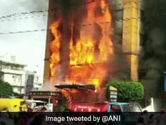 मध्य प्रदेश : इंदौर के विजयनगर स्थित गोल्डन होटल में लगी भीषण आग