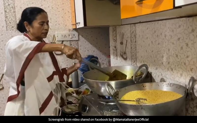 Viral Video: 'বহুরূপে সম্মুখে'! বাড়ির পুজোয় কষিয়ে ভোগ রাঁধছেন মুখ্যমন্ত্রী মমতা বন্দ্যোপাধ্যায়