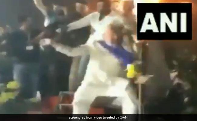 चुनाव प्रचार के दौरान मस्ती के मूड में दिखे AIMIM प्रमुख असदुद्दीन ओवैसी, डांस का VIDEO वायरल