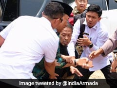 इंडोनेशिया : गाड़ी से निकलते ही नेता को भीड़ में मौजूद शख्स में मारा चाकू, पब्लिक अस्पताल में किया भर्ती