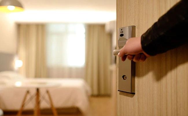 मर्डर आरोपी प्रेमिका संग होटल में मिला, कोर्ट ले जा रहे पुलिसवाले बगल के कमरे में उठा रहे थे खाने का लुत्फ