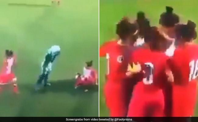 फुटबॉल खेल रही महिला का हिजाब खुला तो विरोधी खिलाड़ियों ने किया ऐसा... देखें Viral Video