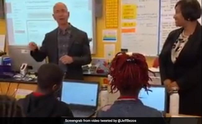 स्कूल में स्टूडेंट्स से मिलने पहुंचा दुनिया का सबसे अमीर आदमी, छात्र ने पूछा - 'कौन है जेफ बेजोस...' देखें VIDEO