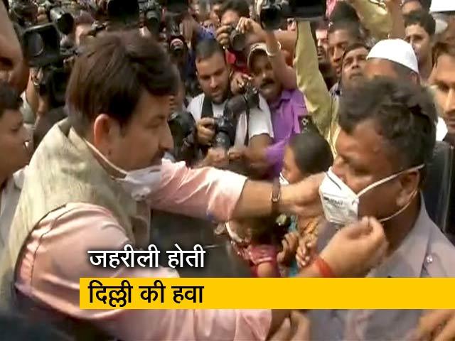 Videos : Manoj Tiwari ने कनॉट प्लेस पर बांटे मास्क, AAP ने बताया नौटंकी