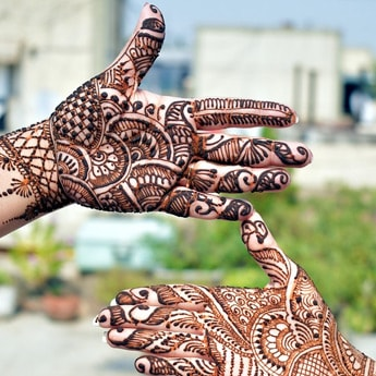 Karwa Chauth 2019: How to Get Dark <i>Mehndi</i> With These 7 Tips and Tricks