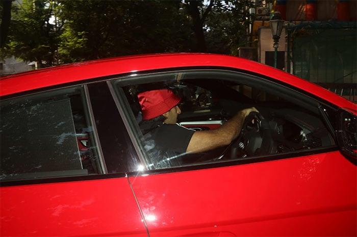 लाल रंग में रंगे रणवीर सिंह, तीन करोड़ रुपये की कार के साथ यूं दिखाया जलवा