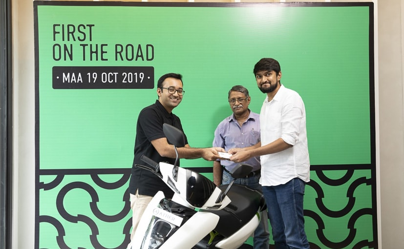 Tarun Mehta, Co-founder & CEO, handed over the keys of the Ather 450 to customers