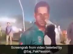 पाकिस्तान हारा टी20 सीरीज तो फूटा लोगों का गुस्सा, कप्तान के पोस्टर पर मारे लात-घूंसे, देखें VIDEO