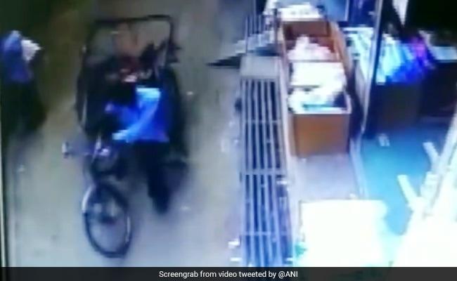 मध्य प्रदेश: दूसरी मंजिल से गिरते बच्चे को रिक्शे ने दिया जीवनदान, खरोच तक नहीं आईं, देखें VIDEO